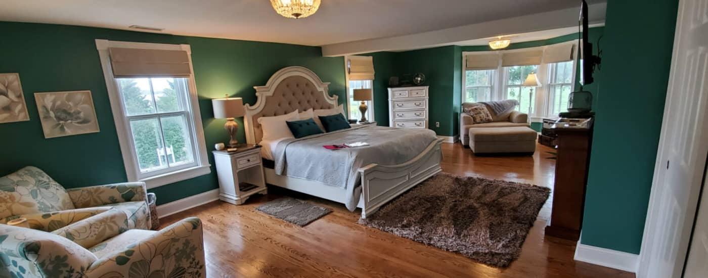 robbins room King bed hardwood floors